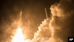 Un cohete Atlas de la NASA despega de Cabo Cañaveral llevando cuatro observatorios espaciales idénticos que estudiarán los campos magnéticos de la Tierra.