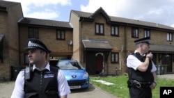Cảnh sát đứng canh bên ngoài căn nhà ở Stratford bị lục soát hôm 5/7/12