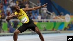Usain Bolt de la Jamaïque célèbre sa médaille d'or dans la finale des 200 mètres Homme lors des compétitions d'athlétisme des Jeux olympiques d'été de 2016 au stade olympique de Rio de Janeiro au Brésil, 18 août 2016.