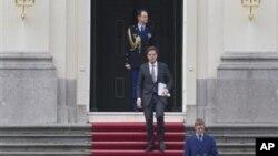 Perdana Menteri Belanda Mark Rutte (tengah) meninggalkan Istana Huis ten Bosch setelah bertemu Ratu Beatrix di The Hague, Netherland (23/4).