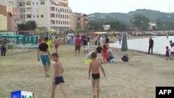 Plazhi i Durrësit bëhet gati për sezonin e ri turistik