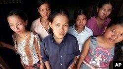 Beberapa remaja dan anak-anak perempuan korban perdagangan manusia yang berhasil diselamatkan di Kamboja (foto: ilustrasi).