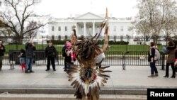 白宫和围栏,有美国原住民在外面示威