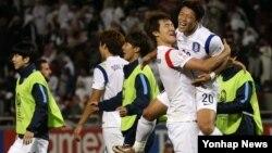 27일 카타르 도하에서 열린 2016 아시아축구연맹(AFC) U-23 챔피언십 4강에서 카타르를 3대 1로 꺽고 승리를 거둔 한국 선수들이 기뻐하고 있다.
