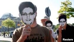 Demosntranti u Berlinu nose maske s likom Edvarda Snoudena, ranije ove godine