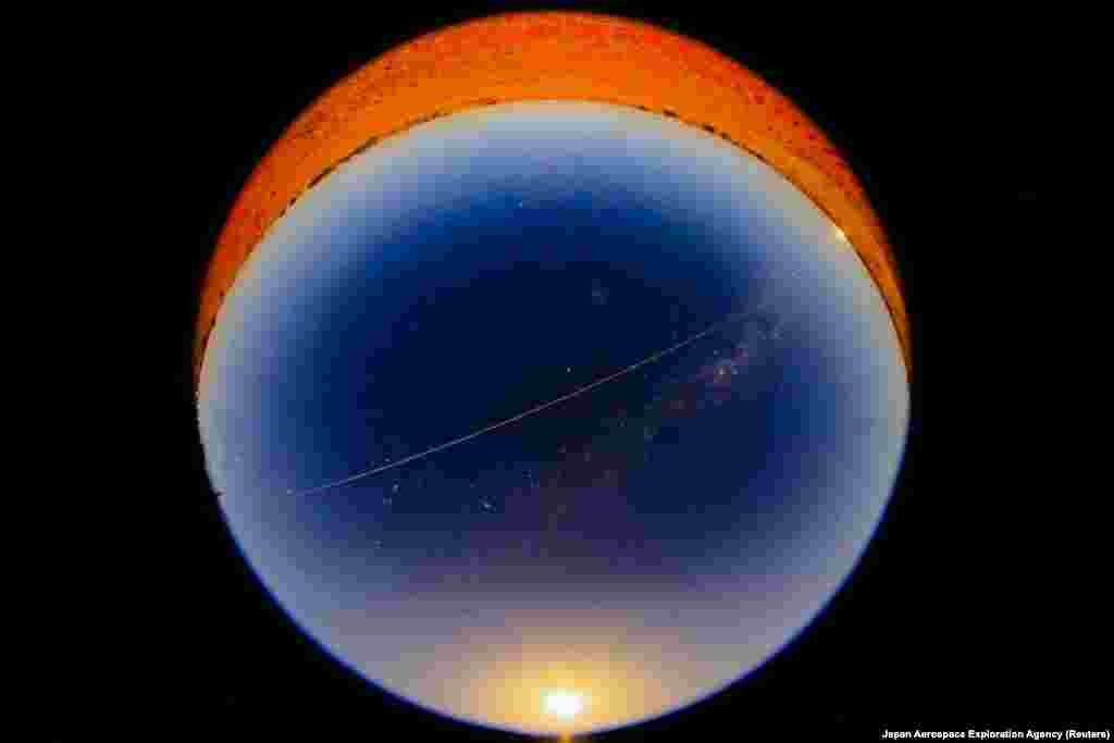 Asteroidin ilk geniş təsvirlərini daşıyan Hayabusa 2 kapsulu yenidən Yer atmosferinə daxil olarkən alovlu kürənin Avstraliyadan görünüşü