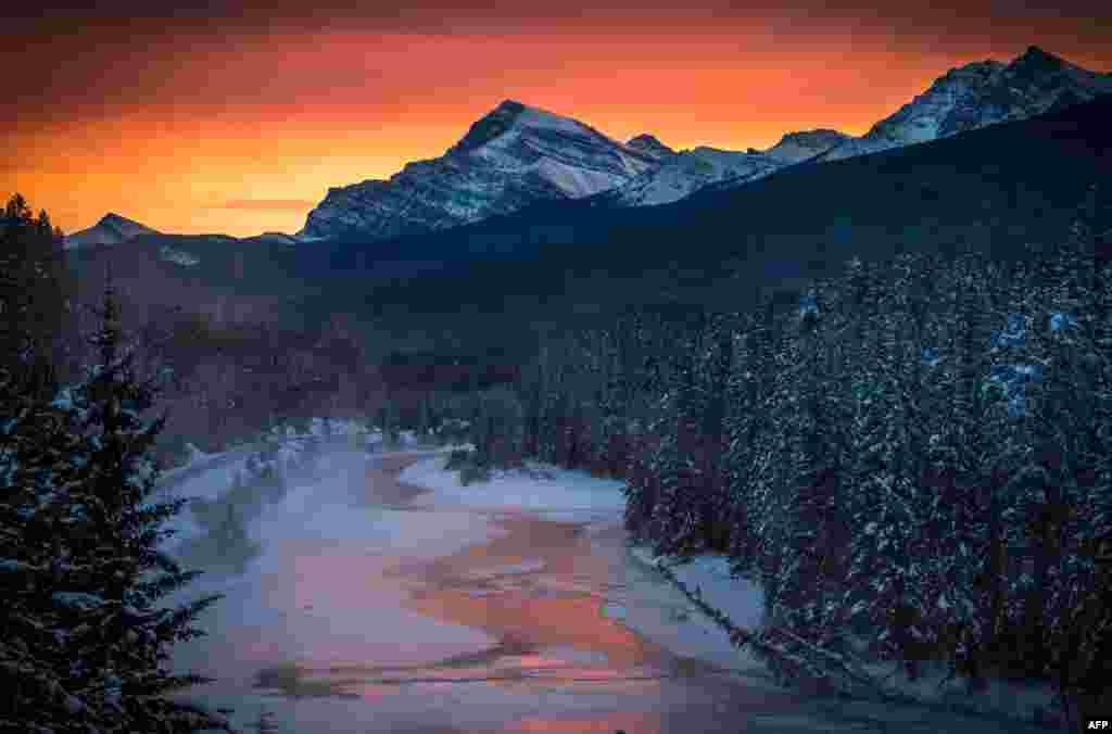 Suasana matahari terbenam di 'Morant's Curve' di kawasan taman nasional Banff, dekat Danaui Louise di Kanada di mana suhu udara mencapai -36 Celcius (minus 36 derajat Celcius).