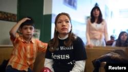 Elvira Arellano junto a su hijo Saúl, cuando tenía 8 años y se encontraban refugiados en una iglesia en Chicago.