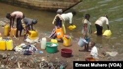 Des habitants de Bukavu puisent l'eau du lac Kivu pour la consommer, Sud-Kivu, RDC. (VOA/Ernest Muhero)