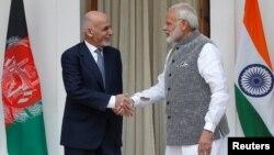 بھارتی وزیر اعظم نریندر مودی افغان صدر اشرف غنی کا نئی دہلی میں استقبال کر رہے ہیں۔ 24 اکتوبر 2017