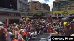 Venezolanos protestan en Caracas contra el gobierno del presidente en disputa Nicolás Maduro el 23 de enero de 2019.
