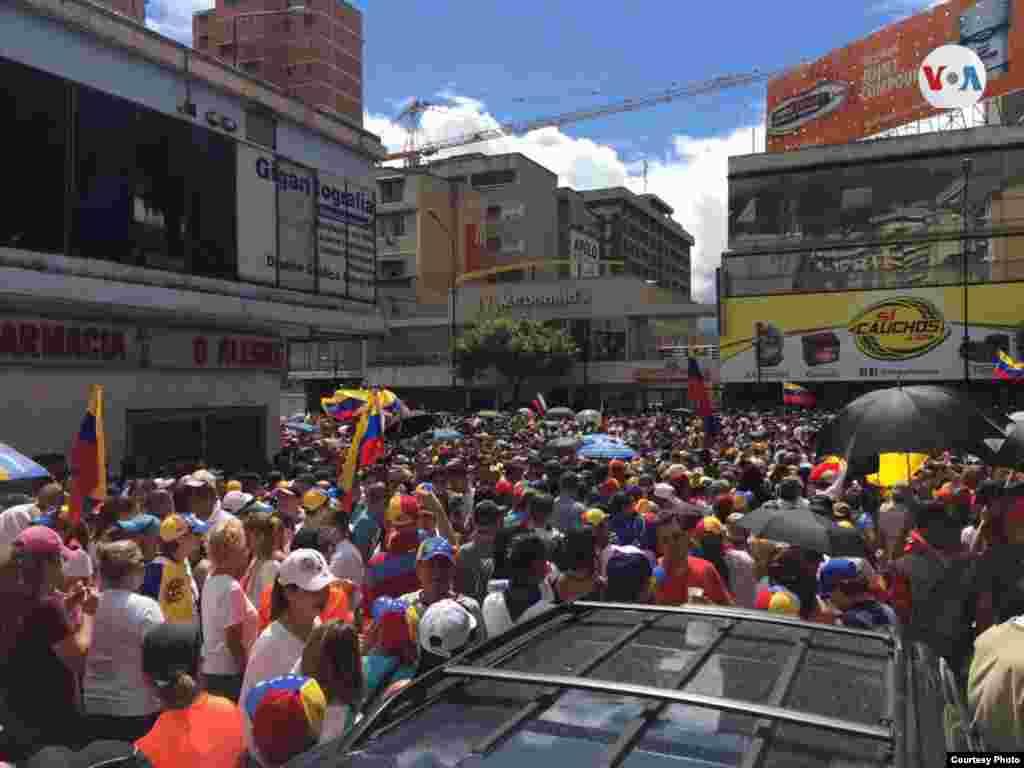 Manifestantes en las calles de Caracas, Venezuela el miércoles.