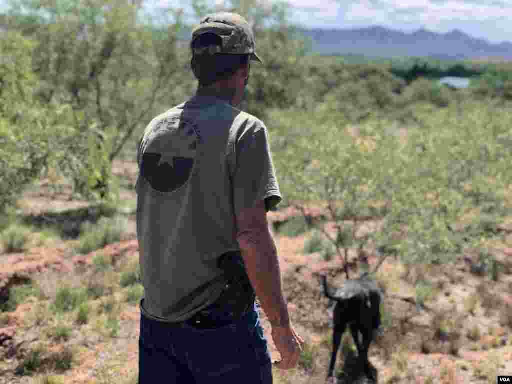 Foley quien siempre tiene un cigarrillo en la mano y está acompañado de su perro Sargento Rocko dijo que no es racista [Foto: Celia Mendoza]