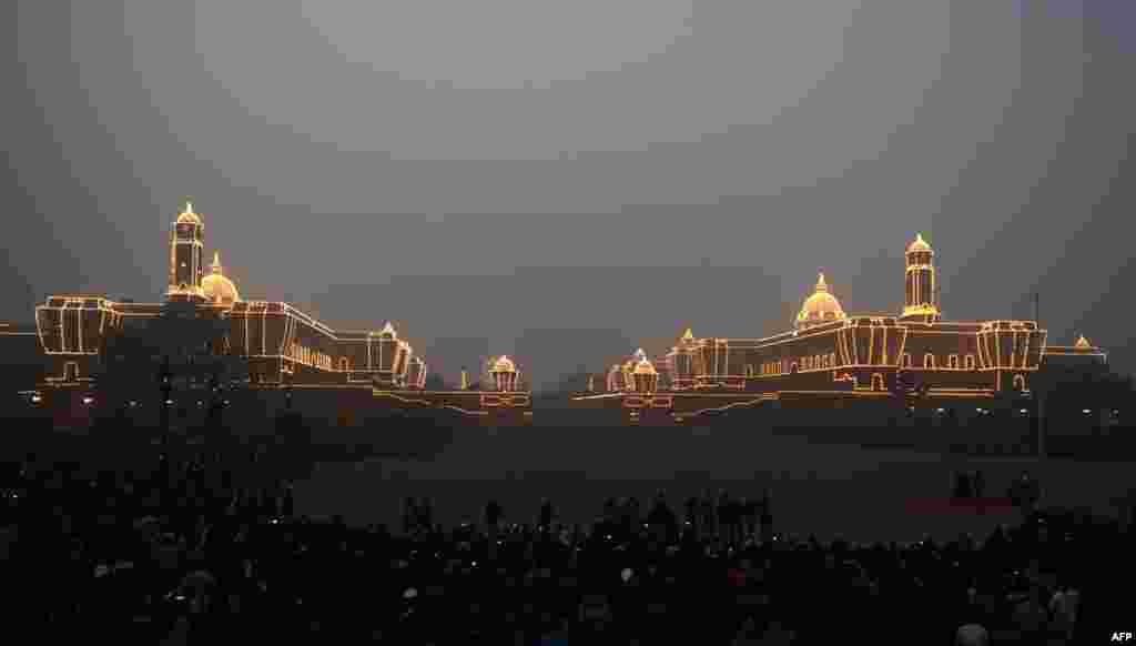 Gedung parlemen India terlihat menyala dalam upacara untuk memperingati Hari Republik di kota New Delhi, India.