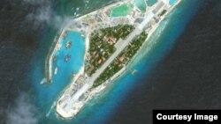 Ảnh của AMTI (chụp từ vệ tinh) cho thấy Việt Nam đã mở rộng đường băng lên hơn 1 km và nhiều nhà chứa chiến đấu cơ ở Trường Sa .