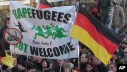 """Transparent sa protesta u Nemačkoj na kojem piše """"Izbeglice/silovatelji nisu dobrodošli"""", Keln 9. januar 2016."""