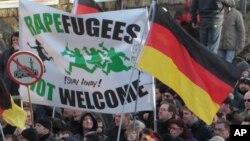 Para demonstran aktivis sayap kanan Jerman melakukan unjuk rasa anti imigran di Cologne hari Sabtu (9/1).