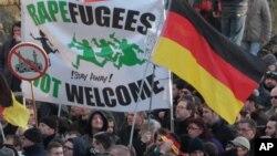 德国妇女权益活动人士、右翼抗议者与左翼反对抗议的人群星期六纷纷走上科隆街头举行示威,抗议科隆市中心新年除夕发生的多起性侵犯和抢劫事件。(2016年1月9日)