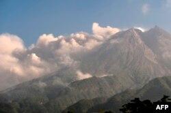 Gunung Merapi menyemburkan abu dan asap setinggi 3.500 meter dari puncaknya terlihat dari Sleman di Yogyakarta, 16 Agustus 2021. (Foto: Agung Supriyanto / AFP)