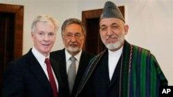 ທ່ານ Ryan Crocker ເອກອັກຄະລັດຖະທູດສະຫະລັດ ປະຈໍາອັຟການິສຖານ(ຊ້າຍ) ແລະ ປ. Hamid Karzai ແຫ່ງອັຟການິສຖານ(ຂວາ) ທີ່ທໍານຽບປະທານາທິບໍດີ ທີ່ກຸງຄາບູລ. ວັນທີ 23 ເມສາ 2012.