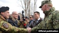 Komandant komande NATO-a u Napulju Džejms Fogo (poluprofil s leđa) sa gradonačelnikom Severne Mitrovice Goranom Rakićem (levo) i gradonačelnikom južne Mitrovice Agimom Bahtirijem (foto: KFOR)