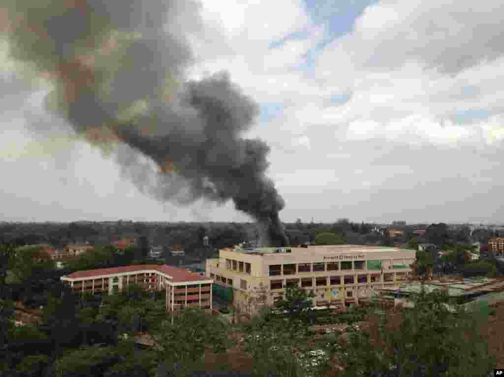 Nayrobidə Westgate ticarət mərkəzindən qatı tüstü qalxır. 23 sentyabr, 2013.