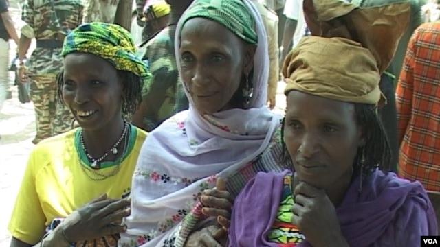 Refugees arrive at the border town of Garoua Boulaye in east Cameroon, July 7, 2014. (Moki Edwin Kindzeka/VOA)