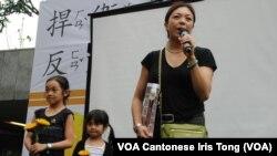 居港台灣人曹小姐帶同一對8歲及5歲的女兒參與支持台灣太陽花學運遊行 (美國之音湯惠芸拍攝)