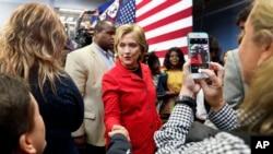 Bakal Capres AS, Hillary Rodham Clinton melakukan kampanye di kampus Manchester Community College di kota Manchester, New Hampshire, Senin (5/10).