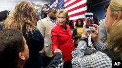 Kandidat calon presiden Partai Demokrat AS, Hillary Rodham Clinton, dalam kampanye di Manchester Community College di Manchester, New Hampshire (5/10). (AP/Jim Cole)