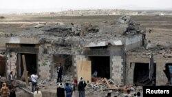 ساختمان مهمانسرایی در روستای أحرب، نزدیک صنعا پایتخت یمن، که هدف حمله هوایی ائتلاف به رهبری ریاض قرار گرفته است - ۱ شهریور ۱۳۹۶