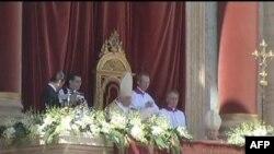 U svojoj Uskršnjoj poslanici, papa je masi od oko stotinu hiljada ljudi na prepunom Trgu svetog Petra, rekao da posebno u Siriji, ljudi trebalo odmah da krenu stazom poštovanja, dijaloga i pomirenja