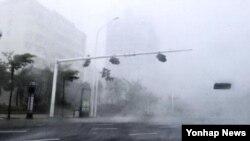 """4일 중국 광둥성에 강력태풍 '무지개""""가 상륙해 강한 바람이 몰아치고 폭우가 쏟아지고 있다. (사진제공=연합뉴스)"""