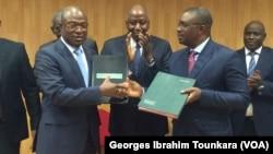 Échanges de documents entre le ministre de la fonction publique et le représentant des syndicats, à Abidjan, en Côte d'Ivoire, le 17 août 2017. (VOA/Georges Ibrahim Tounkara)
