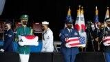 美國和韓國軍人共同在夏威夷珍珠港-希卡姆聯合基地舉行儀式,將韓戰期間的韓軍陣亡者遺骸送歸故國。(2021年9月22日)