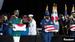 美国和韩国军人共同在夏威夷珍珠港-希卡姆联合基地举行仪式,将韩战期间的韩军阵亡者遗骸送归故国。(2021年9月22日)