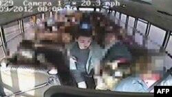 Snimak sa kamere u autobusu u momentu kada Džeremi Vitšik pritrčava u pomoć