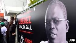 Une banderole avec la photo de l'ex-maire de Dakar, Khalifa Sall, Sénégal, le 31 juillet 2017.