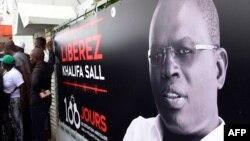 Banderole appelant à la libération de Khalifa Sall devant ses bureaux à Dakar le 31 juillet 2017.