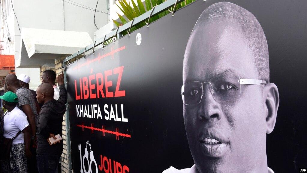 Une bannière avec une photo du maire de Dakar, Khalifa Sall, en prison en attente de procès pour des accusations de détournement de fonds pour des raisons politiques, est exposée devant ses bureaux à Dakar le 31 juillet 2017.