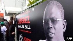 Une bannière avec la photo du maire de Dakar, Khalifa Sall, devant ses bureaux à Dakar le 31 juillet 2017, au lendemain des élections législativesAFP PHOTO / SEYLLOU