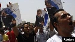Warga berunjuk rasa memprotes calon presiden Ahmed Shafiq di Lapangan Tahrir, Kairo (1/6).