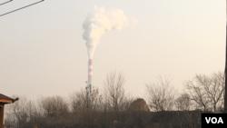 2016年12月19日中午, 石家庄西郊中国华电一企业向空中大量排放污染气体。(美国之音叶兵拍摄)