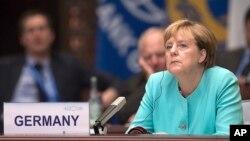 Thủ tướng Đức Angela Merkel lắng nghe phát biểu của Chủ tịch Trung Quốc Tập Cận Bình tại Hội nghị Thượng đỉnh G20 ở Hàng Châu, 4/9/2016.