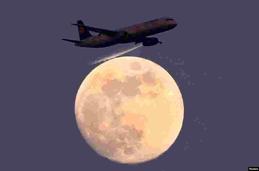 نمایی از عبور یک هواپیمای مسافربری لوفت هانزا در آلمان از مقابل ماه.
