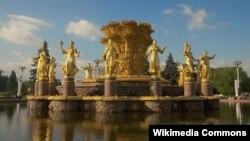 Центральная скульптурная композиция фонтана Дружба Народов на территории ВВЦ, Москва. Photo courtesy Commons.Wikimedia.org