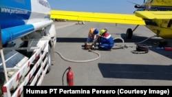 Pesawat Air Tractor milik PT Pertamina (Persero) mengirimkan pasokan 4.000 liter solar ke Palu, Sulawesi Tengah dari Bandara Juwata Tarakan, Kalimantan Utara, Senin, 1 Oktober 2018.