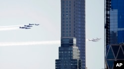 Выступление авиационных групп «Голубые ангелы» и «Буревестники» в небе над Нью-Йорком