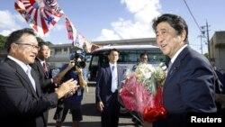 아베 신조 일본 총리가 26일 가고시마현 다루미츠에서 자민당 총재선거 출마를 공식 선언한 후 당 관계자로부터 꽃다발을 받았다.