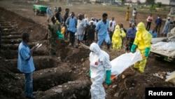Wataalamu wa afya wakiwa wamebeba mwili wa mwathirika wa ebola kwa ajili ya maziko huko Freetown.